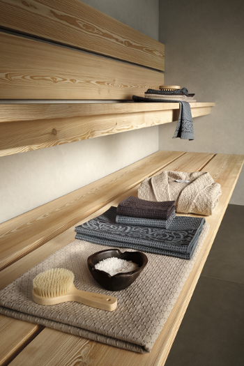 Frottierwaren von Gute N8! auf einer Holzbank in der Sauna