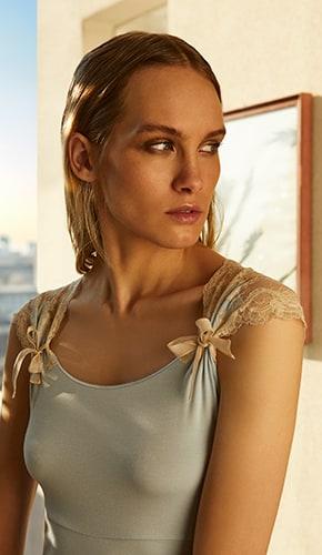 Blonde Frau in Nachtwäsche von Gute N8!